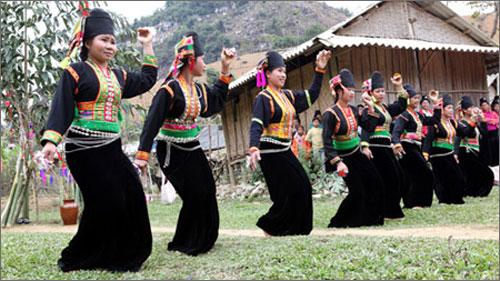 toc nguoi kho mu - Phong tục Tết độc đáo của người Dao đỏ Yên Bái