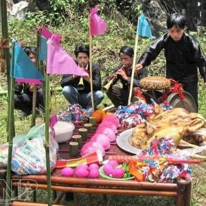 Lễ hội xuống đồng của người Giáy 300x300 - Bánh khẩu xén Mường Lay ăn một lần nhớ mãi
