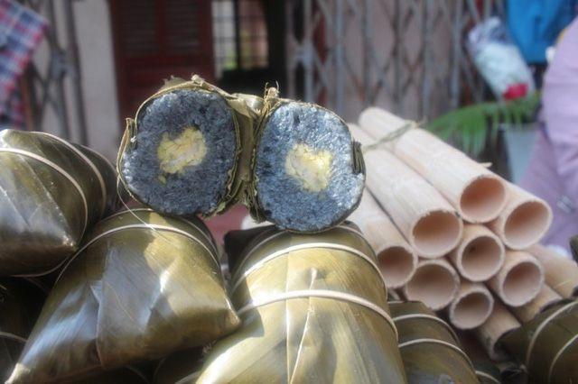Bánh chưng đen là món ăn không thể thiếu trên mâm cúng tổ tiên của người Tày. (Ảnh: Internet)